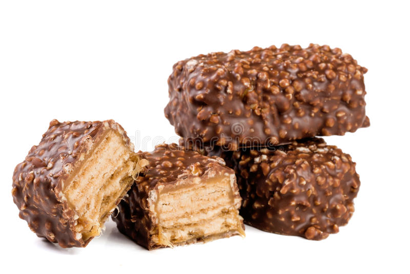Caramella di cioccolato con i dadi isolati su fondo bianco fotografia stock libera da diritti