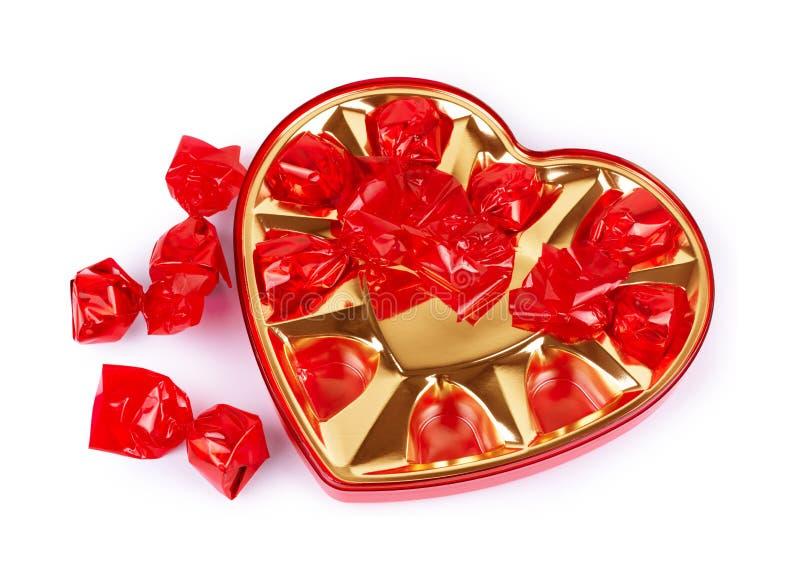 Caramella di cioccolato in una scatola in forma di cuore per il San Valentino su un fondo bianco fotografia stock libera da diritti
