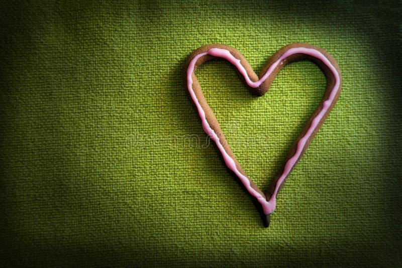 Caramella di figura del cuore su verde immagine stock libera da diritti