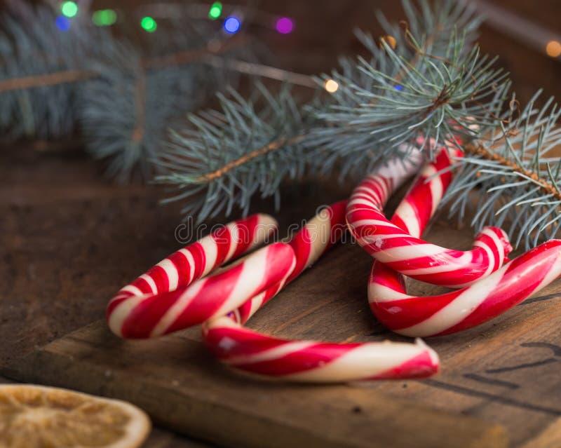 caramella di natale e decorazioni di chrismas sulla tavola di legno Stella dei biscotti del pan di zenzero gingerbread fotografia stock libera da diritti