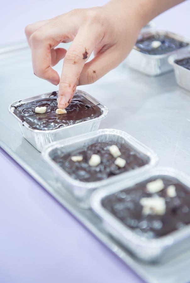 caramella gommosa e molle della donna della mano del brownie del cioccolato fotografie stock libere da diritti