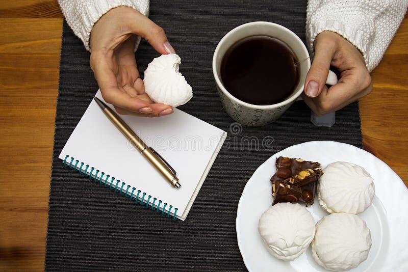 Caramella gommosa e molle a disposizione sui precedenti della tavola con la prima colazione fotografie stock