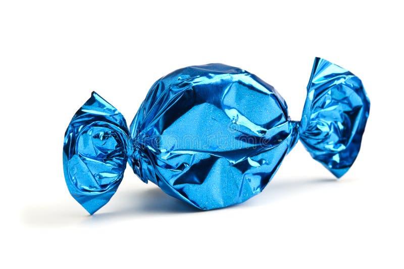Caramella spostata in stagnola blu immagini stock