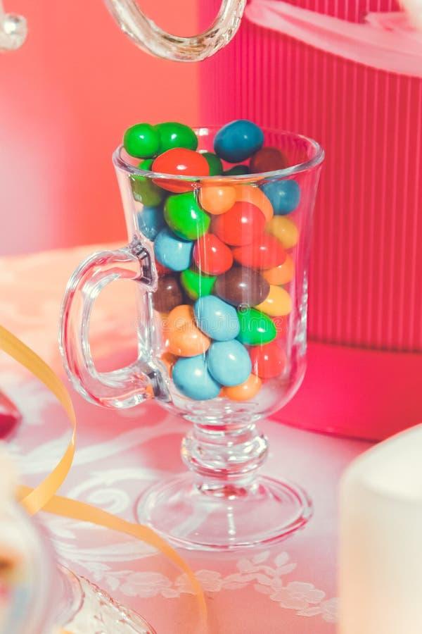 Caramella variopinta Multi dolci colorati Caramella colorata in un vetro Il cioccolato rotondo ? molto variopinto fotografie stock libere da diritti