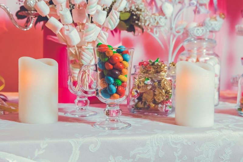 Caramella variopinta Multi dolci colorati Caramella colorata in un vetro Il cioccolato rotondo ? molto variopinto Candela fotografia stock libera da diritti