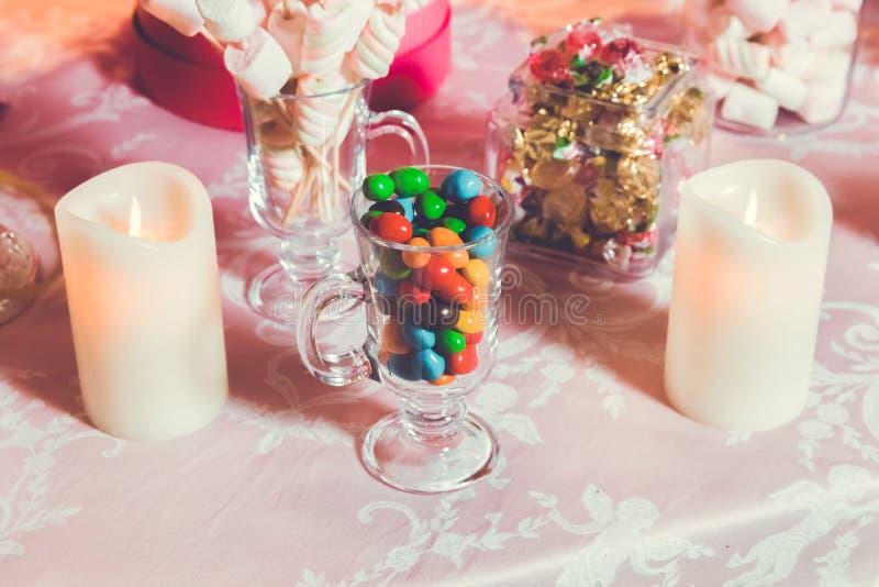 Caramella variopinta Multi dolci colorati Caramella colorata in un vetro Il cioccolato rotondo ? molto variopinto Candela fotografia stock