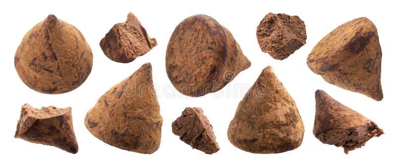 Caramelle del tartufo di cioccolato intere ed insieme pungente dei pezzi fotografia stock libera da diritti