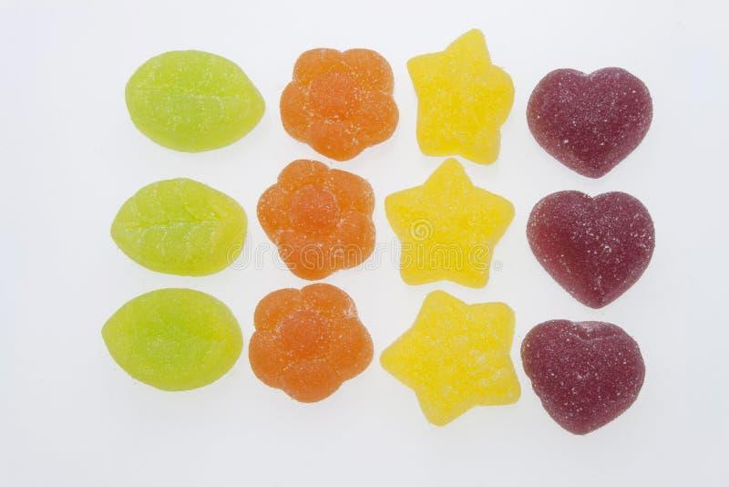 Caramelle della gelatina su priorità bassa bianca Caramella gommosa su un fondo bianco Gradiamo la gelatina immagini stock libere da diritti