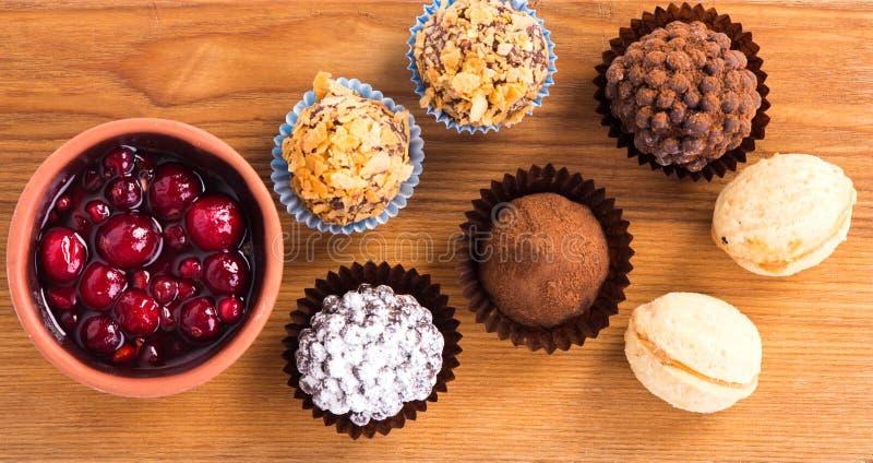 Caramelle di cioccolato sul piatto di legno immagini stock