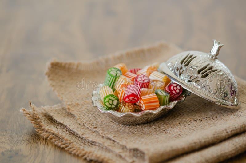 Caramelle dure variopinte sulla tavola immagini stock