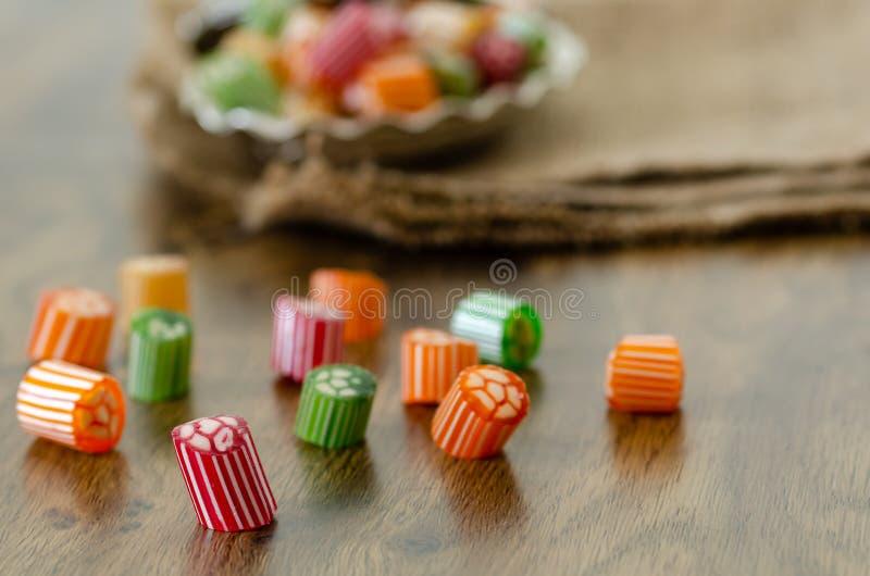 Caramelle dure variopinte sulla tavola fotografie stock