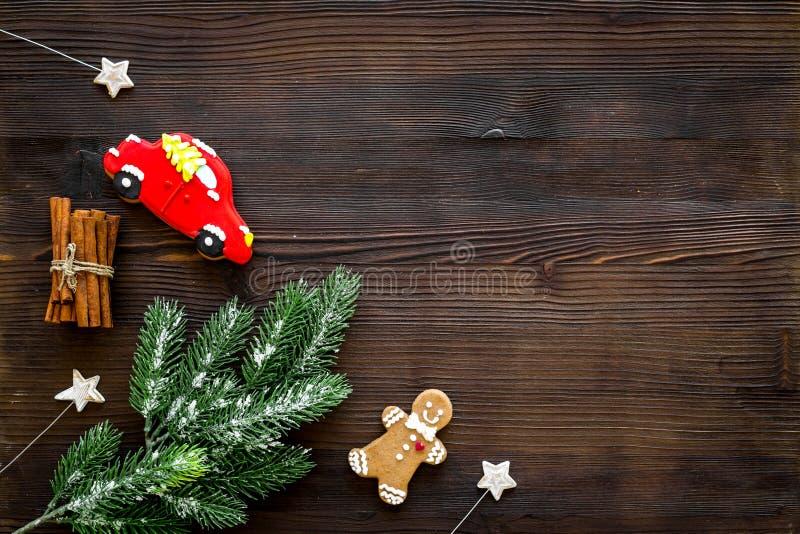 Caramelle festive del nuovo anno Biscotti tradizionali del pan di zenzero nella forma differente per l'albero del nuovo anno dell immagini stock