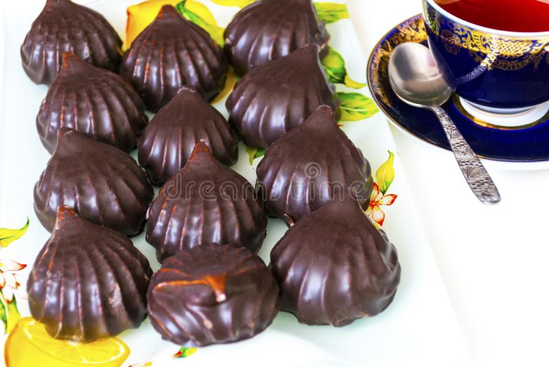 Caramelle gommosa e molle del cioccolato e una tazza di tè fotografia stock libera da diritti
