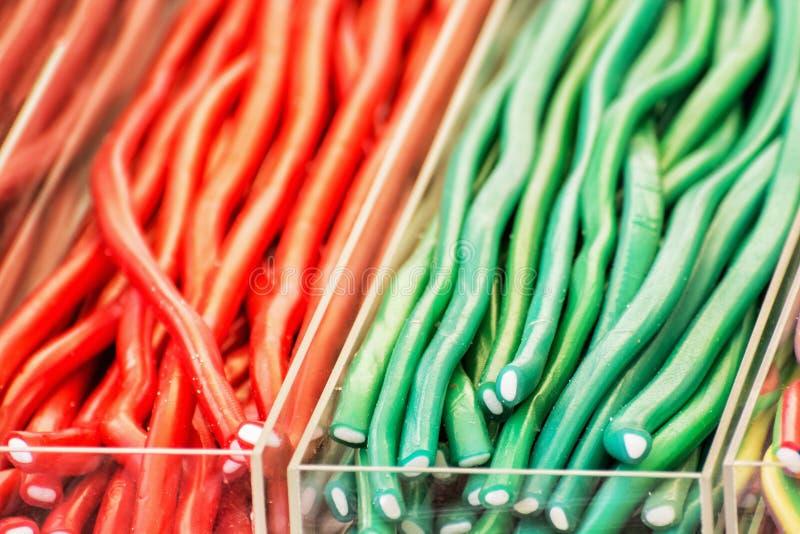 Caramelle saporite variopinte della liquirizia in recipienti di plastica fotografie stock libere da diritti