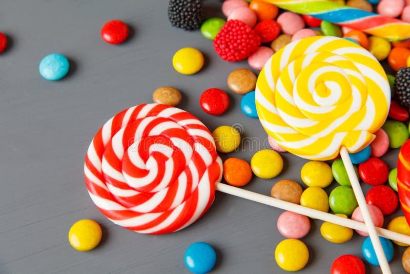 caramelle variopinte assortite e lecca-lecca immagini stock libere da diritti