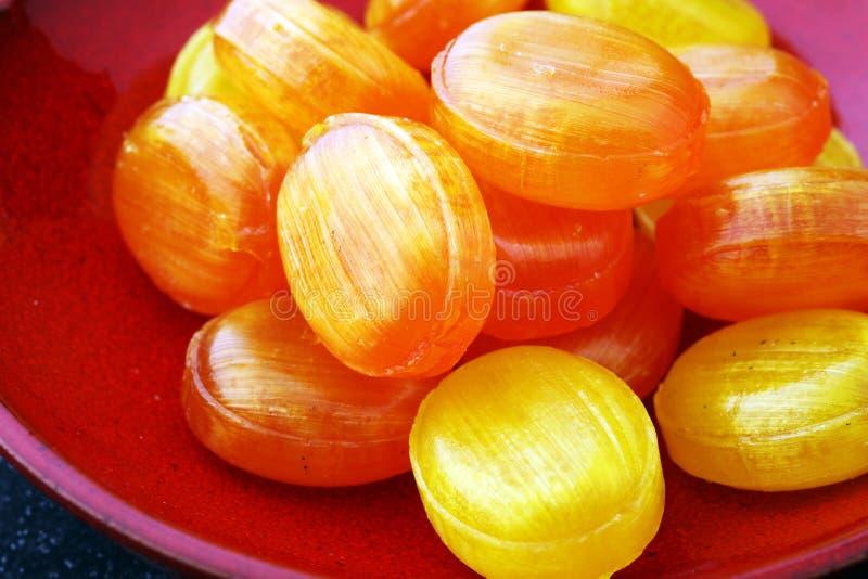 Caramelle variopinte Mixed della frutta bonbon in giallo ed in arancio immagini stock libere da diritti