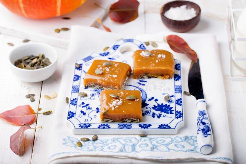 Caramello salato con il purè ed i semi della zucca fotografia stock libera da diritti