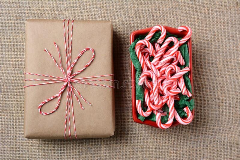 Caramelo Cane Bowl del regalo de la Navidad fotografía de archivo