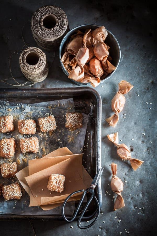 Caramelo caseiro leitoso feito do leite e do sésamo imagens de stock