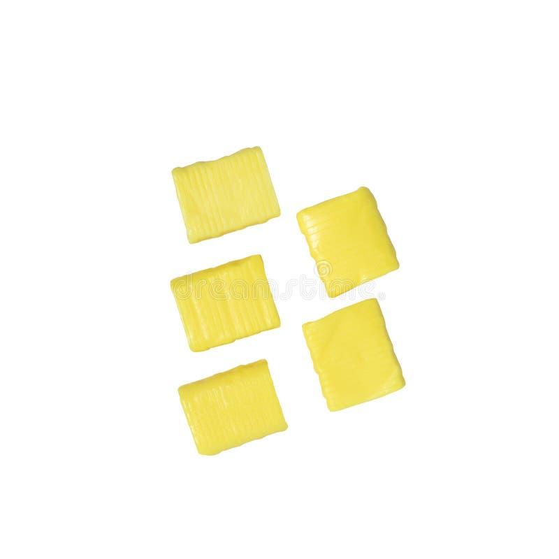 Caramelo cauchutoso rectangular amarillo cinco aislado en un blanco imagen de archivo libre de regalías