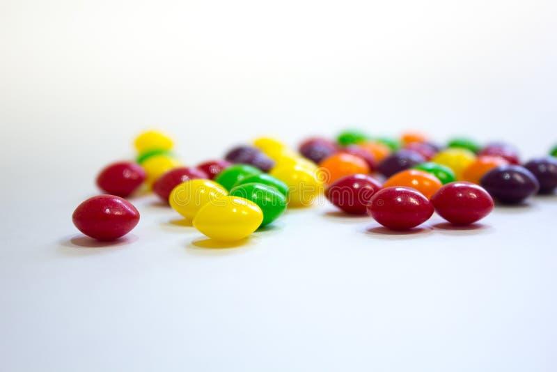 Caramelo colorido del caramelo en el fondo blanco fotografía de archivo