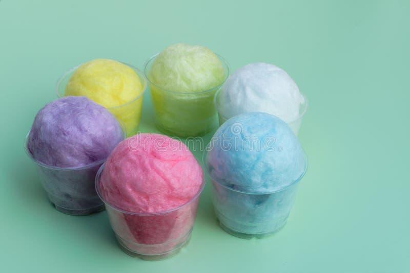 caramelo de algodón colorido en taza plástica imagen de archivo libre de regalías
