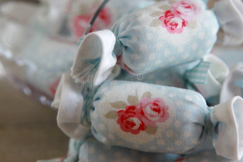 Caramelo de algodón para la decoración interior en copa de vino fotografía de archivo