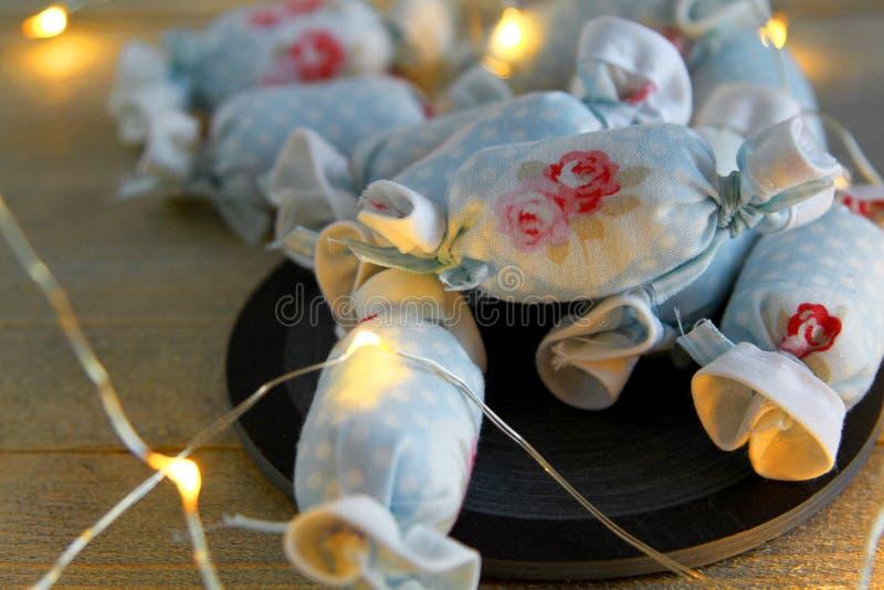 Caramelo de algodón para la decoración interior en pizarra con las luces LED fotos de archivo libres de regalías