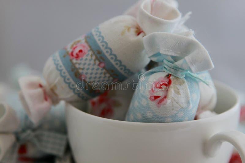 Caramelo de algodón para la decoración interior en taza de café foto de archivo