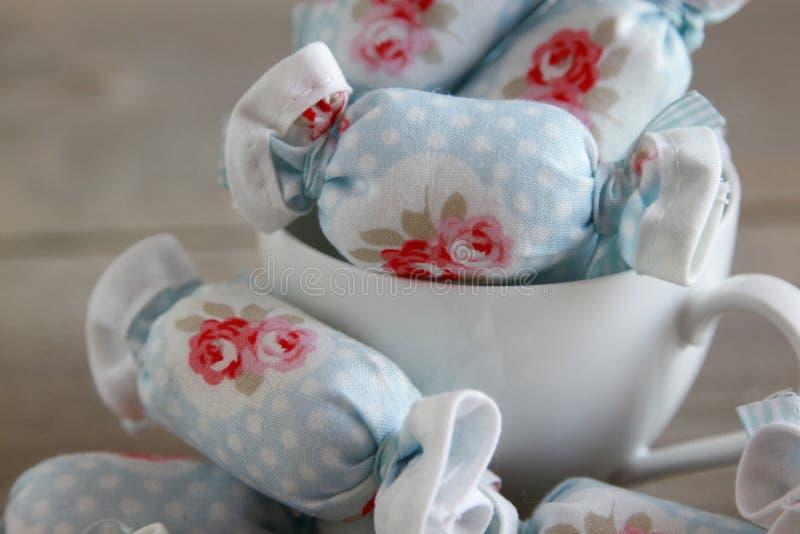 Caramelo de algodón para la decoración interior en taza de café fotos de archivo