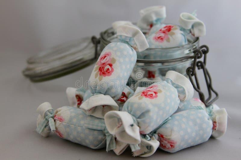 Caramelo de algodón para la decoración interior en vidrio del tarro fotos de archivo libres de regalías