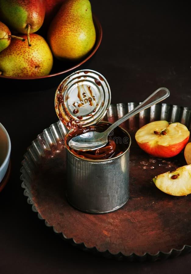 Caramelo de Dulce de leche en una lata, manzanas y peras de la poder Hornada c imágenes de archivo libres de regalías