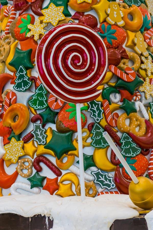 Caramelo de la Navidad, nieve, piruleta roja y frutas coloreadas foto de archivo libre de regalías