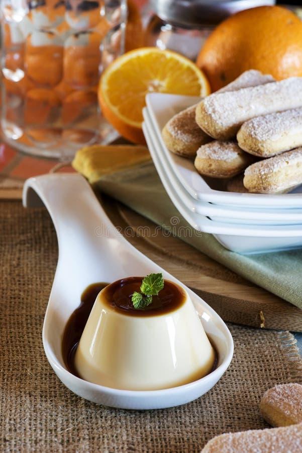 Caramelo de nata con los fingeres y las naranjas de la señora fotografía de archivo libre de regalías
