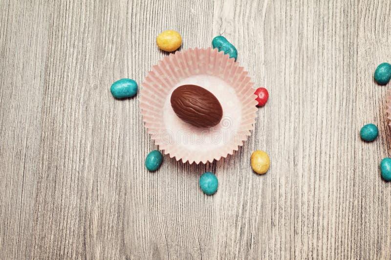 Caramelo de Pascua Composición de Pascua con los huevos de chocolate en el fondo, espacio para el texto fotos de archivo libres de regalías