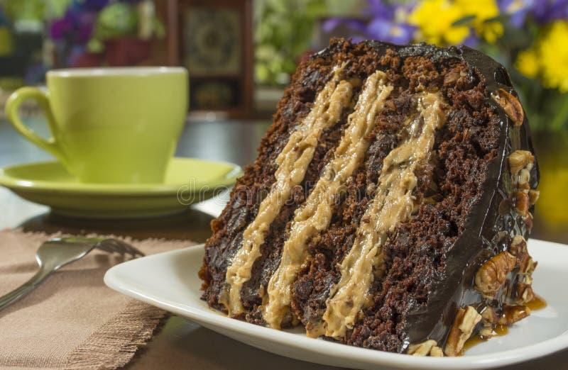caramelo do chocolate e bolo da noz-pecã fotos de stock