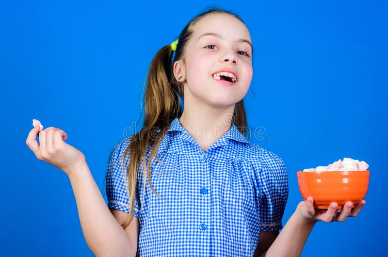 caramelo dulces e invitaciones felices del amor del peque?o ni?o La peque?a muchacha come la melcocha Dieta y calor?a Concepto de imágenes de archivo libres de regalías