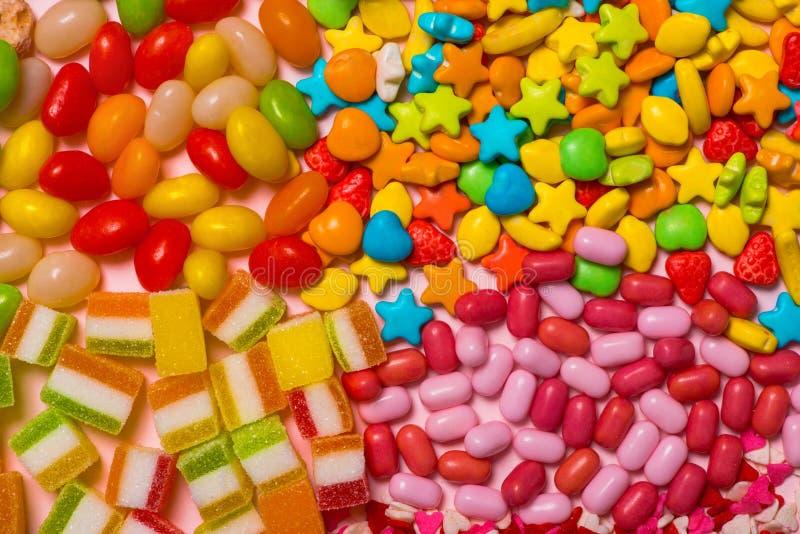 Caramelo, dulces, melcocha en un fondo brillante Modelo del caramelo fotos de archivo libres de regalías