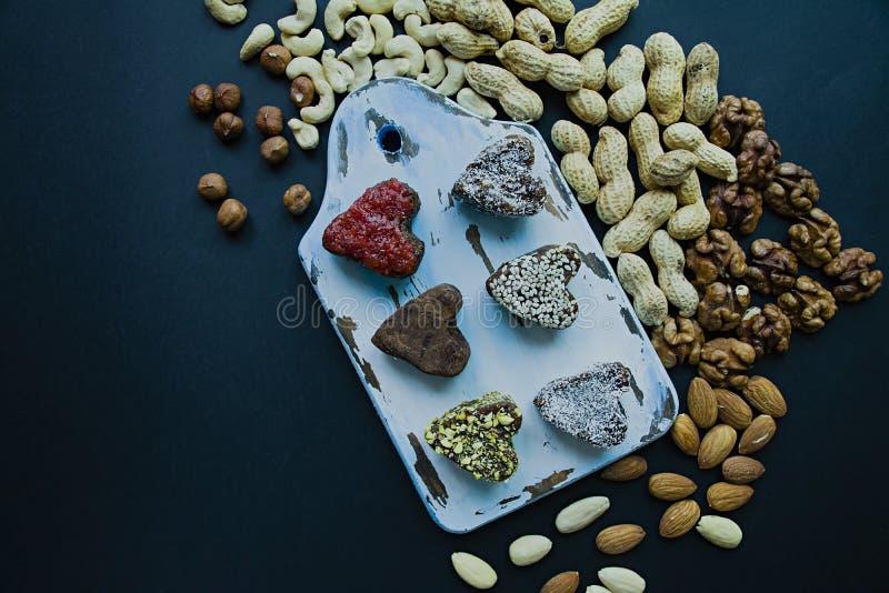 Caramelo hecho a mano Dulces sin el az?car de las frutas y de las nueces secadas Nutrici?n apropiada Un surtido de nueces Visi?n  foto de archivo