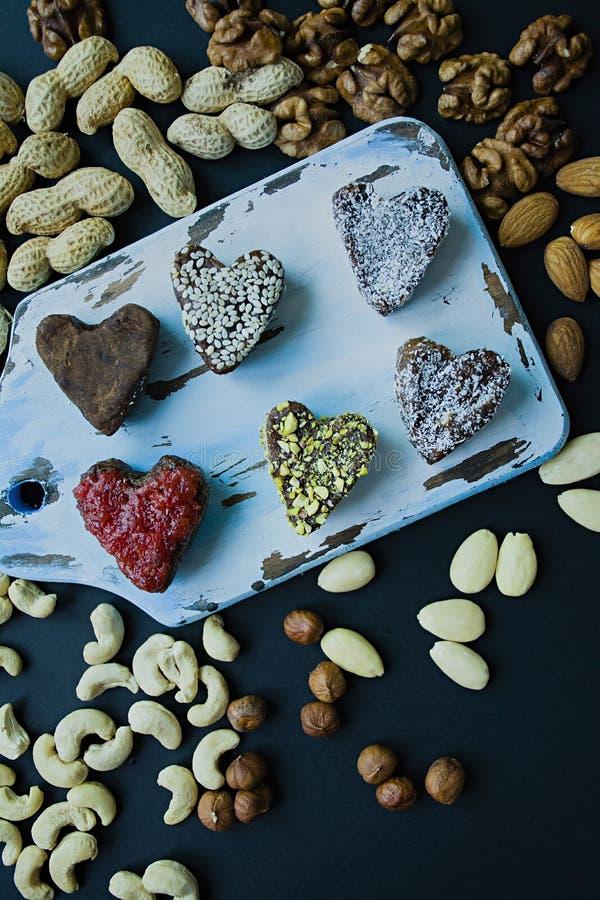 Caramelo hecho a mano Dulces sin el az?car de las frutas y de las nueces secadas Nutrici?n apropiada Un surtido de nueces Visi?n  fotografía de archivo