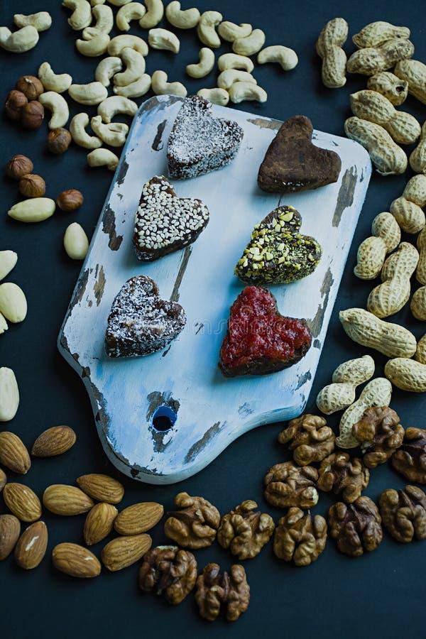 Caramelo hecho a mano Dulces sin el az?car de las frutas y de las nueces secadas Nutrici?n apropiada Un surtido de nueces Visi?n  fotos de archivo