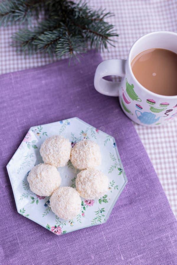 Caramelo hermoso del coco con las nueces imagenes de archivo