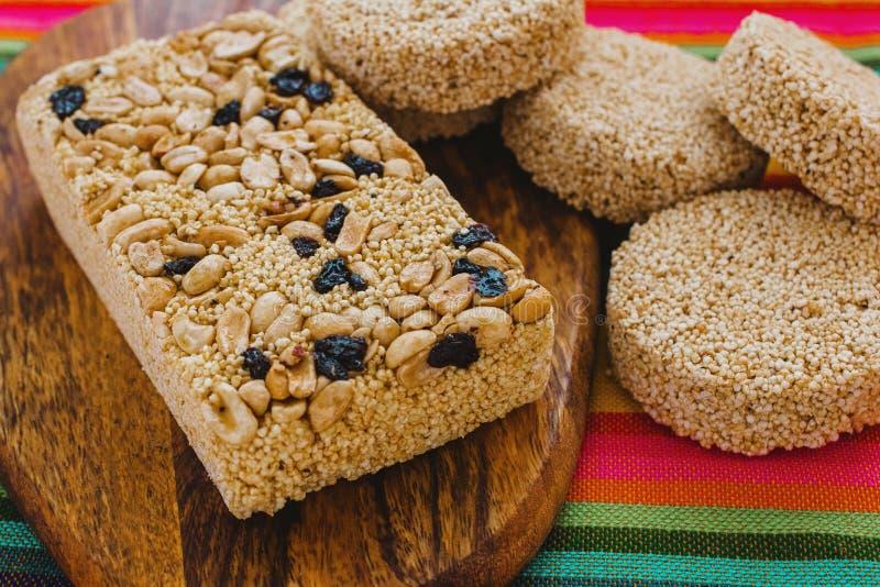 Caramelo mexicano tradicional de Palanqueta con los cacahuetes crujientes y las semillas del amaranto imagenes de archivo
