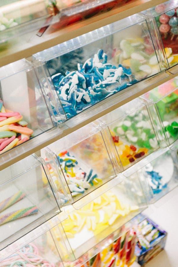 Caramelo multicolor en la ventana de la tienda fotografía de archivo