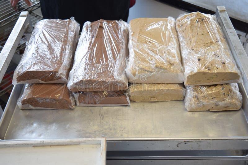 Caramelo nos Loafs envolvidos acima na bandeja do metal fotografia de stock royalty free