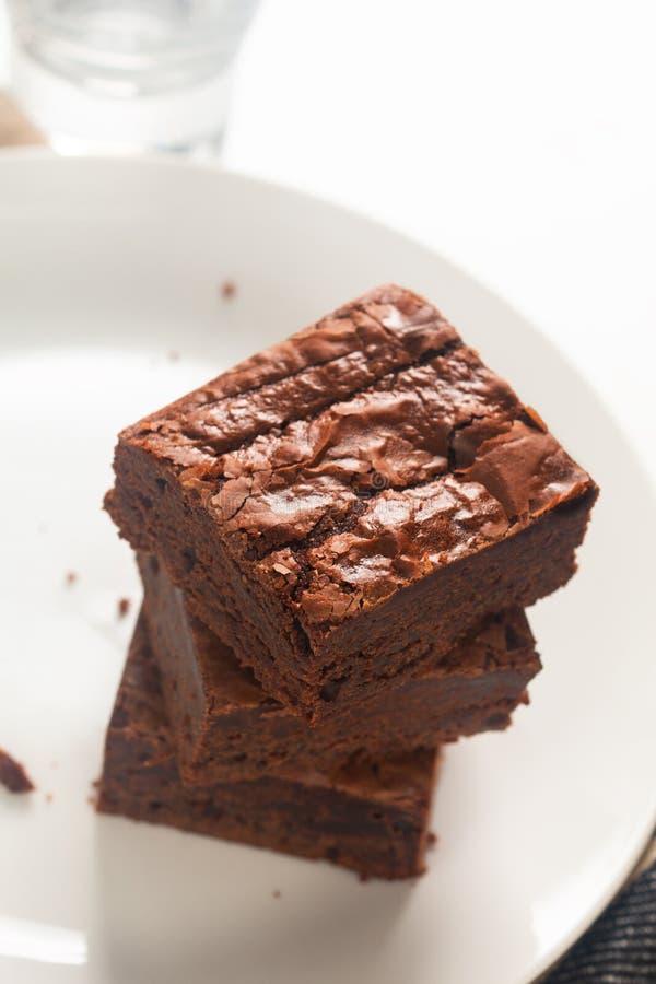 Caramelo orgânico caseiro e brownies friáveis na placa branca imagens de stock royalty free