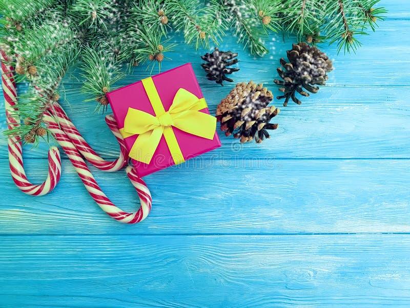 Caramelo, rama de la Navidad, caja de regalo de la nieve de la frontera festiva rústica de la decoración del vintage actual en un foto de archivo libre de regalías