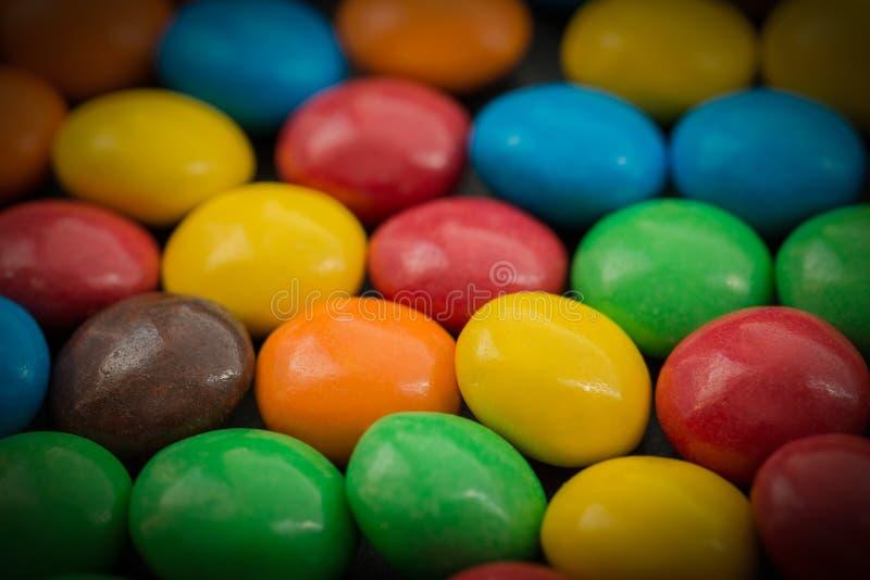 Caramelo recubierto de chocolate colorido foto de archivo