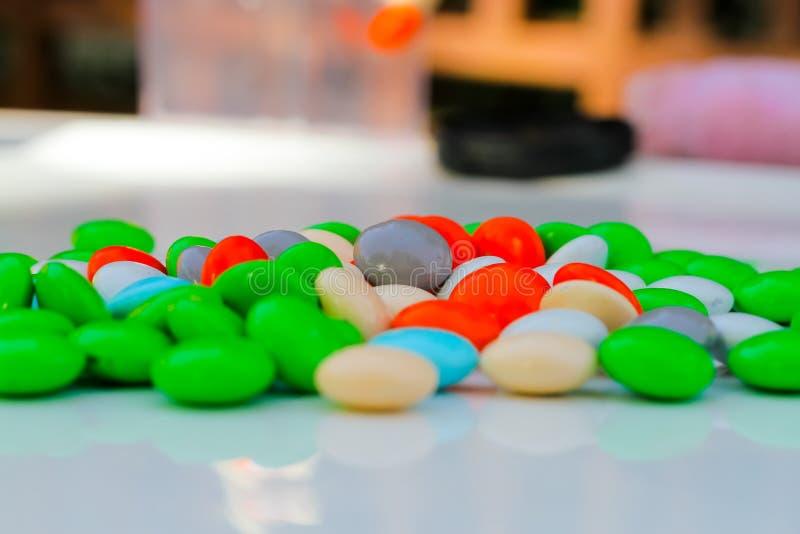 Caramelo recubierto de chocolate colorido del caramelo imagen de archivo