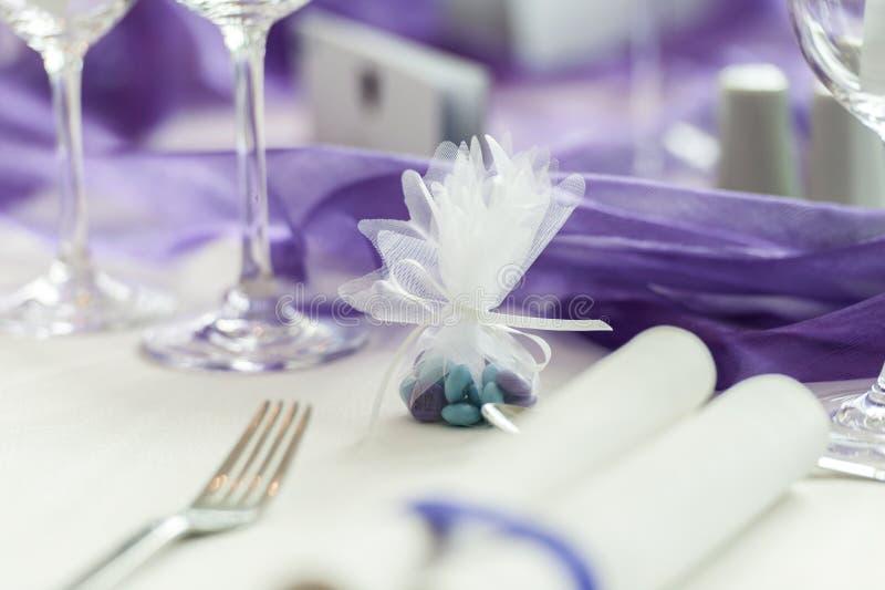 Caramelo verde y púrpura en casarse la tabla fotos de archivo libres de regalías
